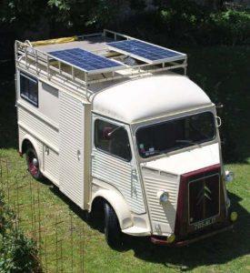 Installation d'un panneau solaire sur un camping-car